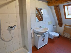 Bad im Dachgeschoss der Wohnung