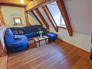 Wohnzimmer mit Holzbalkendecke