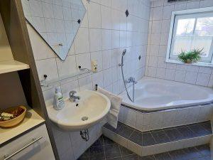 Badezimmer mit großer Formbadewanne